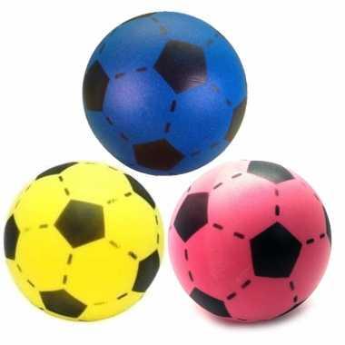 Groothandel speelgoed set van 3x stuks foam soft voetballen in 3x verschillende kleuren 20 cm kopen