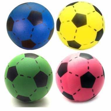Groothandel speelgoed set van 4x stuks foam soft voetballen in 4x verschillende kleuren 20 cm kopen