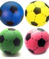 Groothandel speelgoed set van 4x stuks foam soft voetballen in 4x verschillende kleuren 20 cm